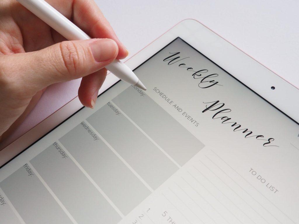 Plan de la semaine inscrit sur une tablette
